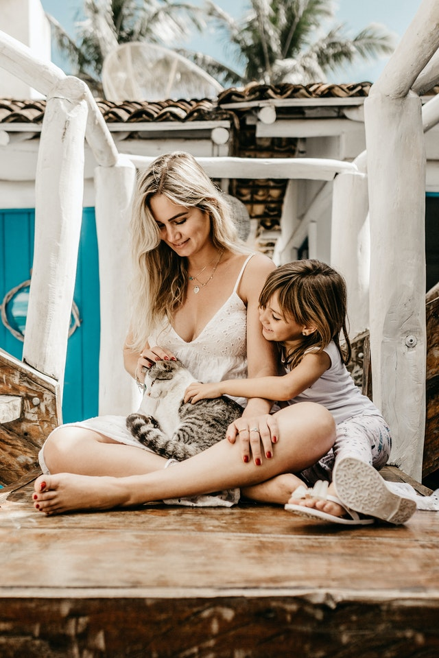 Frau mit Katze und Kind