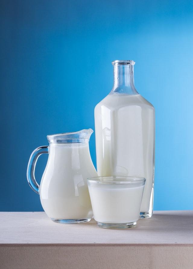 Milchflaschen auf blauem Hintergrund